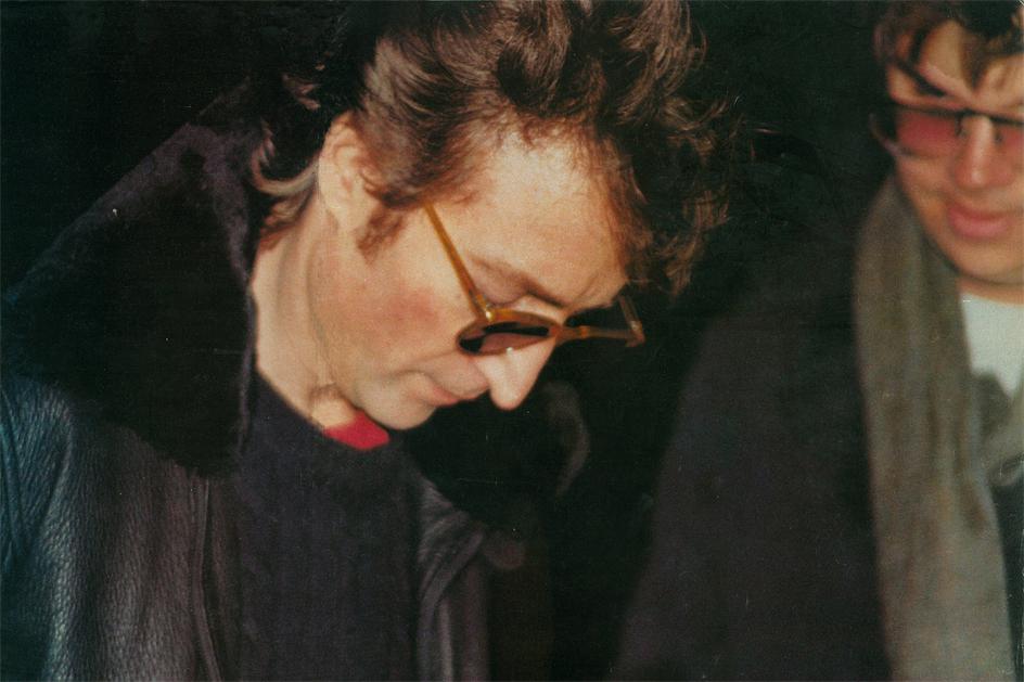 Альбом Леннона с автографом для его убийцы выставили на продажу