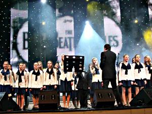 Андрей Ургант спел The Beatles без повода